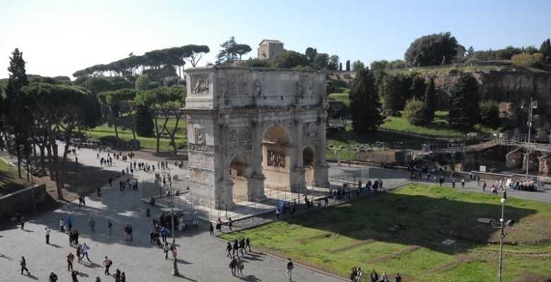 ROME ANCIENT ARCH WITH PEOPLE