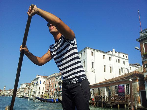 Venice tours: gondola ride & serenade.