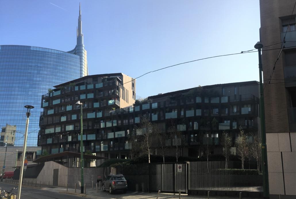 MILAN SKYSRCRAPER AND BROWN BUILDING